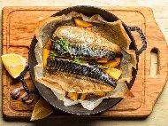Печена риба скумрия с пресни картофи, лук и майонеза във фолио на фурна